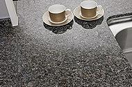 キッチンのカウンタートップには、美しく、高級感あふれる天然石を採用しました。※レジデンス棟を除く。