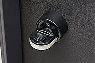 工具をドアの内側に入れサムターンを回してしまう不正解錠に対応したスイッチ式防犯サムターン(上部1ヶ所)を採用しました。