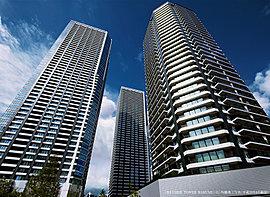 都市の煌めきを映すガラスの摩天楼。開放感に包まれ、ガラスを纏う摩天楼は、空と海の煌めきを映し出すオブジェとなる。未来へと向かう東京の姿を象徴するかのように天空にそびえるその確かな存在感は、壮大で美しい未来の旋律を天地の間に奏でる。