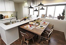 約3.5mの出窓カウンターとキッチンカウンターをつなげ、陽光いっぱい、用途多彩なスペースをご用意しました。