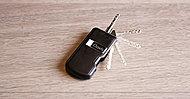 エントランスのオートロックドアには、荷物を抱えていてもハンズフリーで自動解錠できるキーを採用。(一部除く)