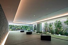 美術館を思わせる凛とした雰囲気の空間には、モダンなデザインのソファも設置し、緑豊かな風景の中で落ち着いたひとときをお過ごしいただけます。