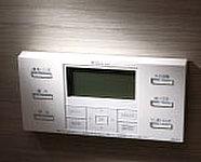 お湯張りから追い焚き、保温までコントロールパネルのスイッチひとつで簡単に操作できる給湯システムです。(湯温を保ちます。)