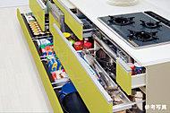 カウンター下収納は奥の物も取り出しやすいスライド引出し。