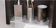 衛生面を考え、三面鏡裏の収納下部の一部を通気棚に。歯ブラシやコップ類の収納に便利です。
