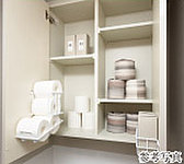 ラクに届いて、ラクにとれるトイレ収納。収納力と自在性を高めたロング吊戸棚。