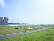 江戸川河川敷緑地 約640m(徒歩8分)