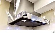 整流板付きで吸引力が高く、整流板はホーロー加工で取り外しができ、内部の羽とグリスフィルターが食洗器で洗えるので、お掃除も簡単にできます。