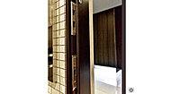 万一大きな地震が起きた際、玄関ドアの枠が変形してもドアを開閉できる、耐震玄関ドア枠を採用。 ※JISに規定された変形量の範囲で対応しています