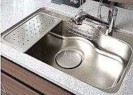 水仕事の音が響きにくい静音設計のシンク。リビングにいる家族との会話にも配慮。