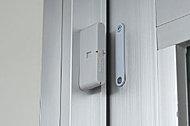 全住戸の玄関ドアと窓(一部を除く)に防犯センサーを設置しました。