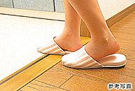リビング・ダイニングから居室、水回りに至るまで、住戸内の床段差を少なくしたフラット設計を採用(玄関を除く)。
