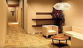 ラグジュアリーなホテルのホワイエをそのまましつらえたような、居心地のよい広間。くつろぎの場として、居住者の皆様の歓談の場として、ゆったりとご利用いただけます。便利なWi-Fiも完備。