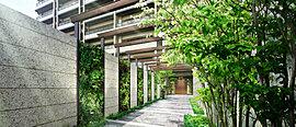 邸宅としての存在感と贅を演出するエントランスアプローチ。川越市内でも生粋の住宅街の伝統を受け継ぎ、その品格や潤いを継承する邸宅志向のマンションとするために、参道を思わせる静謐なアプローチを設えました。