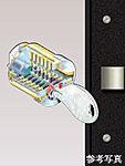 住戸玄関キーはピッキング被害の防止対策として、ディンプルキーを採用。更に玄関ドアは2箇所で施錠できるダブルロックを採用し、防犯性を高めています。