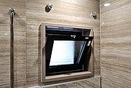 浴室に窓を設置。換気効率が上がり、バスルームがいつもクリーンな状態に保ちやすくなります。