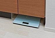 洗面化粧台の巾木部分を有効利用してヘルスメータースペースを設置。使わない時はすっきりとしまえます。