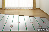 足元からやさしく部屋全体を暖めるガス温水式床暖房を採用しています。床下にあらかじめ設置され、室内を清潔に保つことができます。