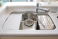 水はね音を軽減するステンレス静音シンク。ワイドサイズで、水切りプレートとまな板を標準装備しています。