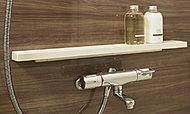 シャンプーや入浴小物などを置ける「とるピカスリムカウンター」。簡単に取り外すことができ、隅々までお掃除しやすい設計です。