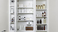 化粧品や洗面用具などを整理できる収納スペース。ティッシュBOXスペースなど、使いやすさに配慮しました。