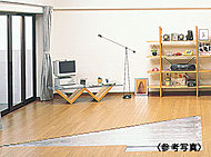 """空気を汚さず足元からの輻射熱による""""頭寒足熱""""の健康的なガス温水床暖房を採用。足元からお部屋の空気全体を暖めるので快適です。"""