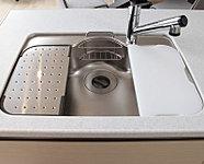 水はね音を抑える静音タイプ。※E、Fタイプは水切りプレートの形状が異なります。また、まな板を標準装備しておりません。