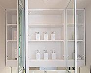 鏡裏に設置された収納スペースに小物類を収納できる、鏡裏収納付三面鏡を採用しています。※一部タイプにより仕様が異なります。