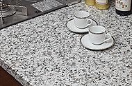 カウンタートップは、高級感を損なわない天然御影石を採用。風合い豊かな質感が、美しく格調高いキッチンを演出します。