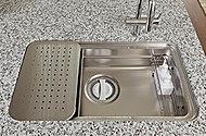 ゆとりあるワイドシンクを採用。シンクの上段と中段に調理プレートや水切りプレートを設置し、広いシンクと広い調理スペースの両方を実現します。