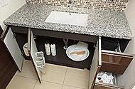 洗面ボウル下部のスペースを有効活用できるよう、開き扉式に。ゆっくりと閉まるブルモーションを採用で滑らかな使い心地を実現しています。