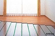 足元からやさしく部屋全体を暖めるガス温水式床暖房をリビング・ダイニングの床に採用しています。塵の舞い上げもなく、室内を清潔に保ちます。