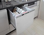 約5人分の食器(37点)を一度に洗浄可能。出し入れしやすいスライドタイプで、静音・省エネ仕様です。