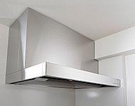 集煙力と排気力に優れ、取り外して丸洗いもできる、お手入れの簡単なホーロー整流板付です。