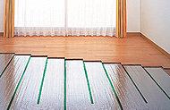 通常の暖房と比べて、効率よく、心地いい温もりが得られるガス温水式床暖房を採用。足元からやさしく、部屋全体を温める方式だから快適。