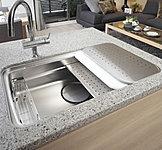 シンクの広さと調理スペースの広さを両立。水ハネの音や食器などの落下音も低減する静音仕様です。