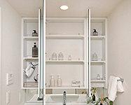 鏡裏の収納スペースに小物類を収納できる鏡裏収納付三面鏡を採用し、鏡中央には湯気によるくもりを解消するヒーターを内蔵しています。