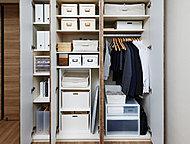 家族で使う日用品や、季節の生活用品などを機能的に収納できます。