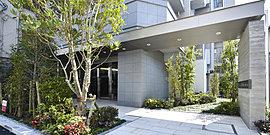 邸宅のエントランスにふさわしく、アイストップとなる植栽を豊かに配し、奥ゆかしくも華やぎのあるアプローチに仕上げました。敷地内へと人を迎えるゲートを設け、風格を演出するとともに、連続する景観になるようデザイン。
