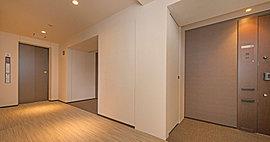 ブランズのオーナーを自邸まで導く内廊下。外界からの視線を防ぎ、ホテルの空間に触れ合うようなくつろぎとプライベート性を実現します。