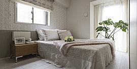安らぎの場となる主寝室は、住まわれる方の就寝だけでなく、静やかな語らいや読書などを心地よく愉しめることも考慮したゆとりある空間。ありのままの自分へと還る、日常の中でも特に私的な時間を演出します。