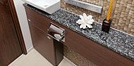 トイレにゆとりを演出する手洗いカウンターを設置。洗面化粧台やキッチンカウンターと同素材とすることで上質な雰囲気をトータルコーディネート。