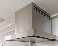 清掃性・デザイン性を向上させた高清掃性レンジフードを採用。油汚れが付着しやすいフード内面にグリスフィルターを採用。※写真はオープンタイプキッチン