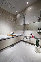 バスルームは床も壁もタイル貼りとし、エレガントな高級感で満たしました。メイクや寛ぎのシーンを、より豊かに演出します。