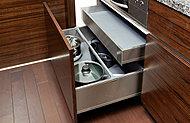 システムキッチンの引出しは高耐荷重、フルエクステンションソフトクローズ付き。ゆっくりと閉まるので指はさみなどの事故を防ぎます。