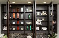メイクやヘアセットなどに便利な大型ミラーの三面鏡をセット。ミラー扉裏に大容量の収納空間を実現。洗面カウンターまわりをすっきりと保てます。