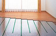 リビング・ダイニングとベッドルーム(1)、さらにはキッチンにも床暖房を標準装備。※参考写真