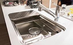 シンク内部に上段(ワークトップスペース)・中段(アシストスペース)・下段(ミドルスペース)を設けており、水切りや湯切りがしやすく、もちろん調理スペースとしても使えるようになっています。