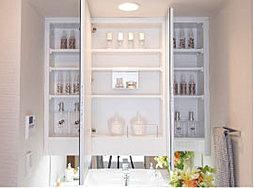 鏡の裏に化粧品等がスッキリ収まる内部収納付き三面鏡。