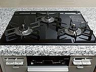 水無し両面焼グリル付きビルトインコンロを採用。左右のバーナーに温度調節機能を搭載し、料理に応じてお好みの温度に設定すれば火加減を自動で調整出来ます